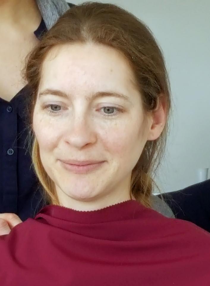 Weiblich dunkelblonde haare blau grüne augen